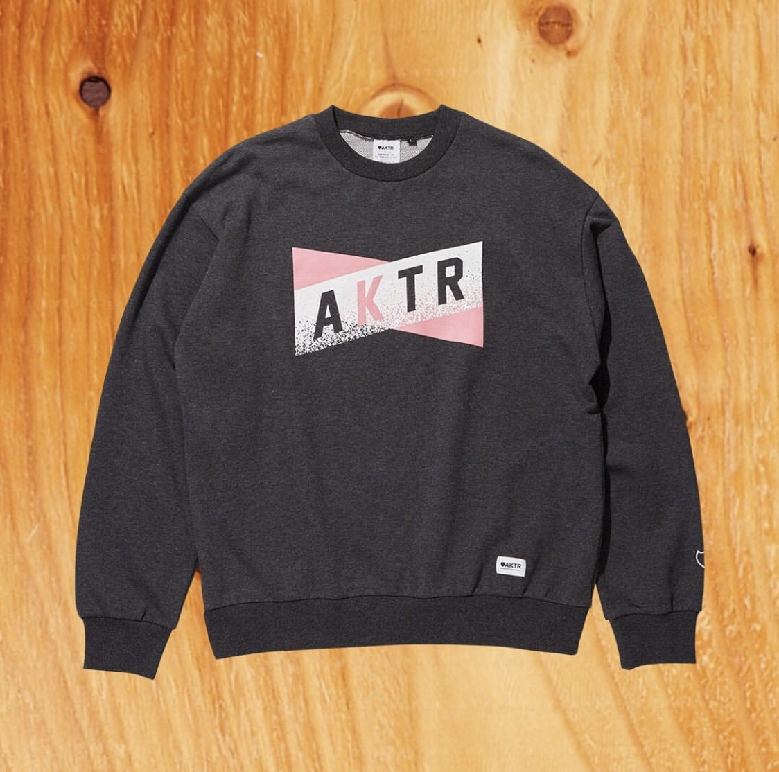 AKTR SWEAT CREW NECK CHARCOALのイメージ